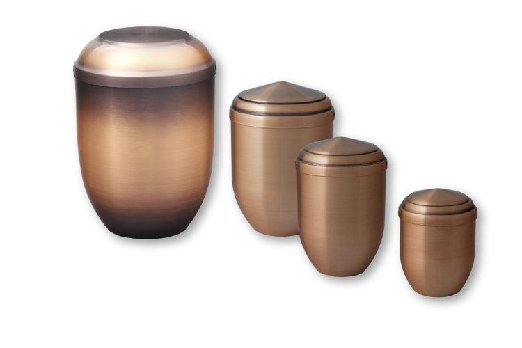Quatre urnes funéraires brunes